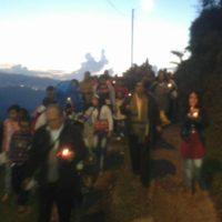Escolásticos em Bogotá em procissão com crianças