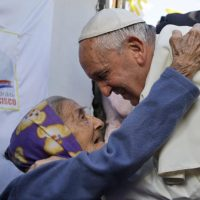 Em mensagem no twitter, Papa recorda importância dos avós