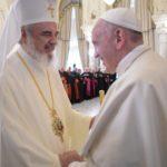 Papa na Romênia: uma sociedade é civil quando cuida dos mais pobres