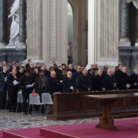 O Papa: um sacerdote não se isola, mas vive em comunhão com o seu povo